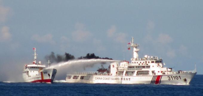 àu Trung Quốc tấn công tàu Việt Nam bằng vòi rồng
